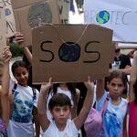 Những đứa trẻ mang biểu ngữ về thay đổi khí hậu trong cuộc biểu tình ở Síp