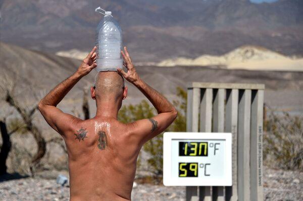 Người đàn ông với chai nước đá trên đầu khi nhiệt độ cao ở Thung lũng Chết (Death Valley), California - Sputnik Việt Nam