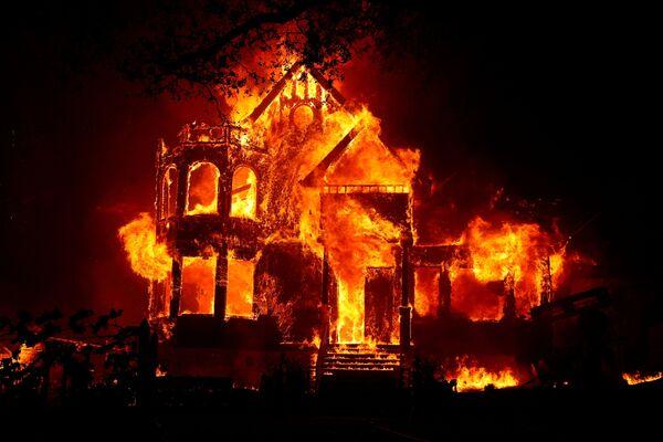 Nhà bị lửa thiêu trong trận cháy rừng ở California - Sputnik Việt Nam