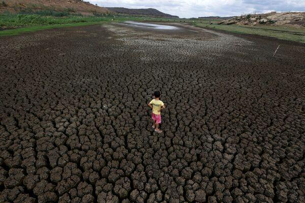 Đáy cạn khô nứt nẻ của hồ chứa Boqueirao ở Brazil - Sputnik Việt Nam