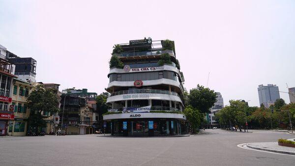 Các chuỗi cửa hàng ở khu vực hồ Hoàn Kiếm cửa đóng then cài.  - Sputnik Việt Nam