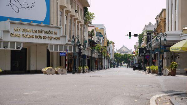 Ngã tư Tràng Tiền - Đinh Tiên Hoàng không một bóng người trong những ngày Hà Nội giãn cách xã hội - Sputnik Việt Nam