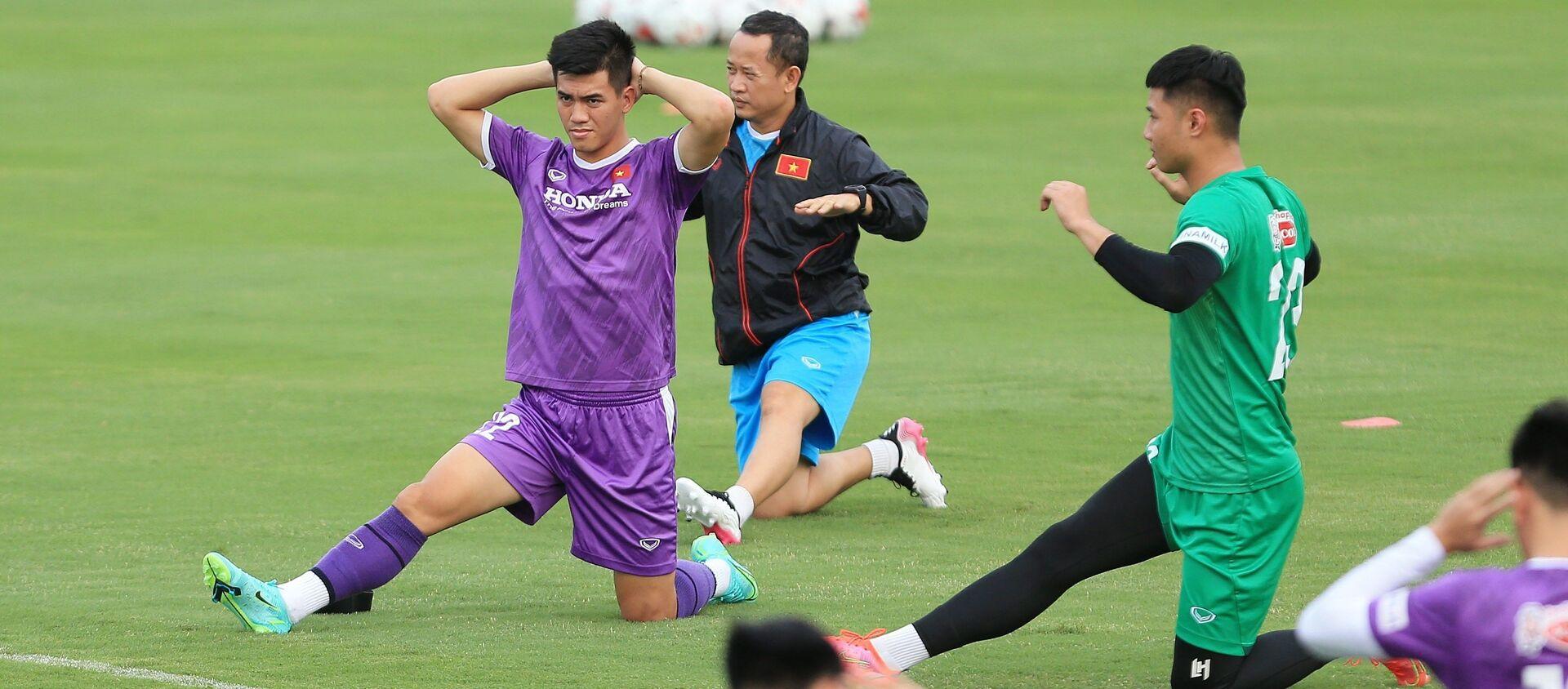Các tuyển thủ Việt Nam tại buổi tập đầu tiên chuẩn bị cho Vòng loại cuối FIFA World Cup 2022 khu vực châu Á. - Sputnik Việt Nam, 1920, 19.08.2021