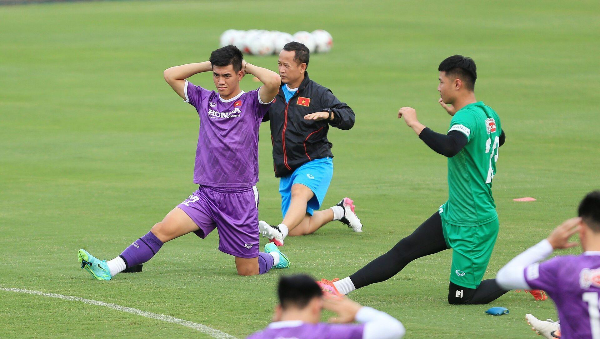 Các tuyển thủ Việt Nam tại buổi tập đầu tiên chuẩn bị cho Vòng loại cuối FIFA World Cup 2022 khu vực châu Á. - Sputnik Việt Nam, 1920, 10.08.2021