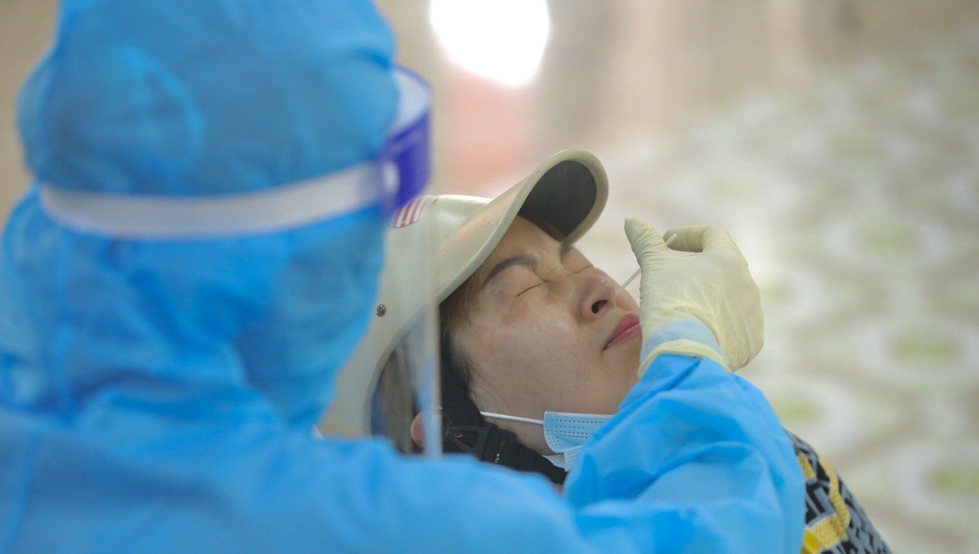 Nhân viên y tế huyện Thanh Trì lấy mẫu xét nghiệm COVID-19 cho người dân xã Ngũ Hiệp (ảnh chụp ngày 10/8/2021). - Sputnik Việt Nam, 1920, 10.08.2021