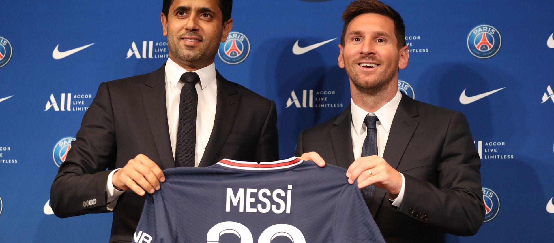 Lionel Messi và Chủ tịch Câu lạc bộ Nasser Al-Helaifi Paris Saint-Germain trong một cuộc họp báo - Sputnik Việt Nam, 1920, 11.08.2021