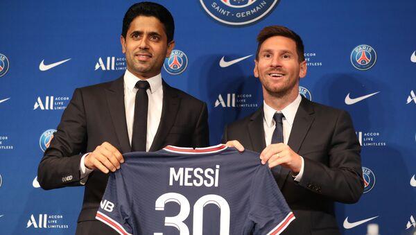 Lionel Messi và Chủ tịch Câu lạc bộ Nasser Al-Helaifi Paris Saint-Germain trong một cuộc họp báo - Sputnik Việt Nam