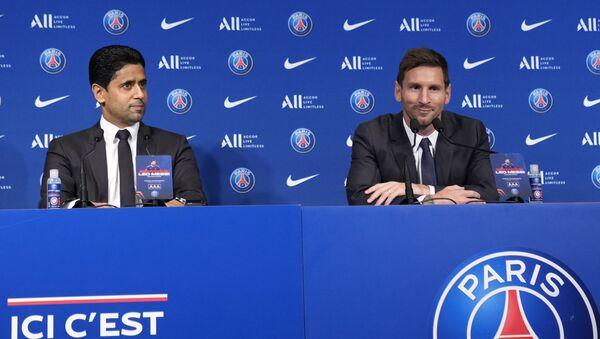 Lionel Messi, phải, và chủ tịch PSG, Nasser Al-Al-Khelaifi tham dự cuộc họp báo vào thứ Tư, ngày 11 tháng 8 năm 2021 tại sân vận động Parc des Princes ở Paris. - Sputnik Việt Nam