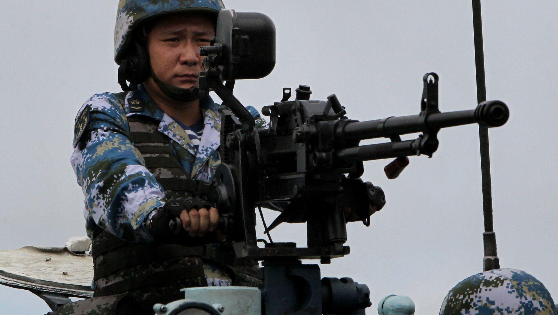 Một lính thủy đánh bộ Trung Quốc đổ bộ trong cuộc tập trận hải quân Nga-Trung Tương tác hàng hải 2015 tại bãi tập Thư ký ở Lãnh thổ Primorsky - Sputnik Việt Nam, 1920, 11.08.2021