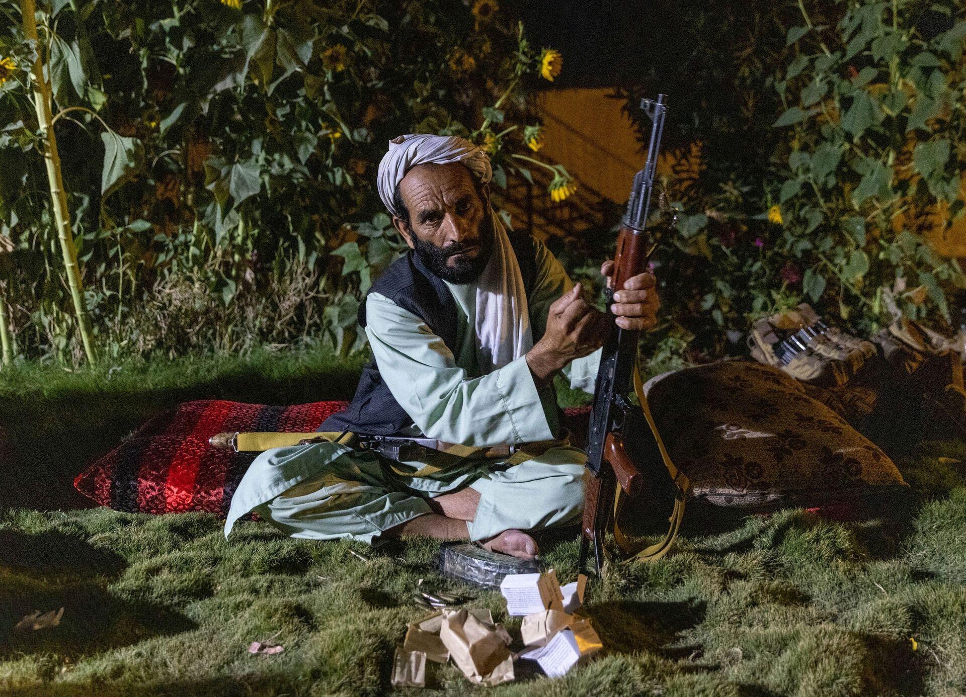 Một dân quân tải súng trường của mình ở tỉnh Kandahar, Afghanistan, ngày 12 tháng 7 năm 2021 - Sputnik Việt Nam, 1920, 05.10.2021