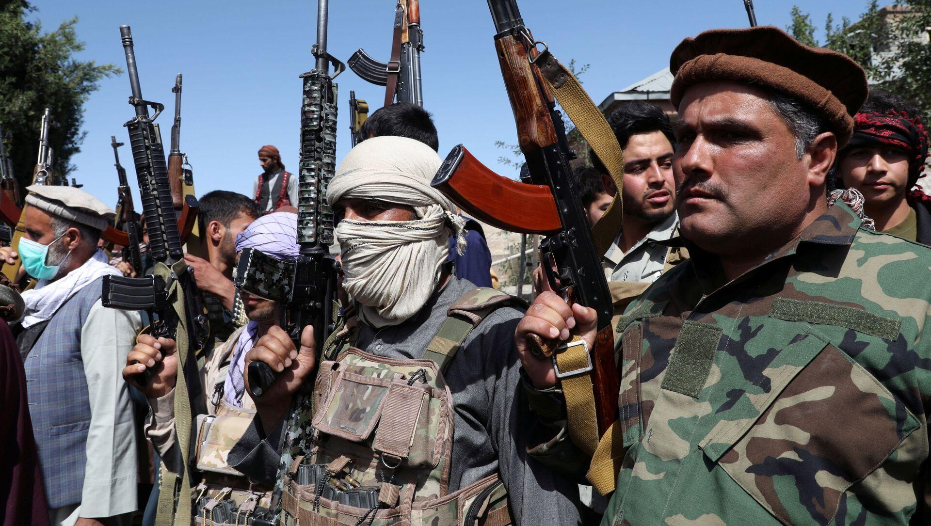 Những người đàn ông có vũ trang tham gia một cuộc tụ họp để tuyên bố ủng hộ lực lượng an ninh Afghanistan và họ sẵn sàng chiến đấu chống lại Taliban, ở ngoại ô Kabul, Afghanistan vào ngày 23 tháng 6 năm 2021. - Sputnik Việt Nam, 1920, 13.08.2021