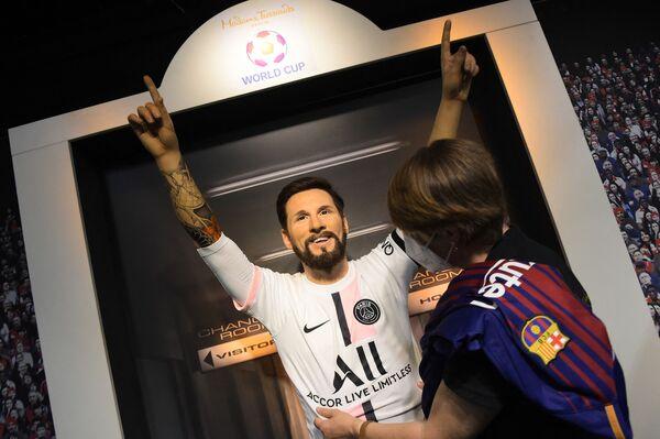 Tượng Lionel Messi mặc áo thi đấu của Paris Saint-Germain tại Bảo tàng tượng sáp Madame Tussauds ở Berlin - Sputnik Việt Nam