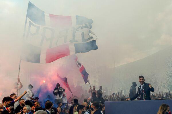 Lionel Messi chào đón người hâm mộ tập trung  tại sân vận động Parc des Princes ở Paris - Sputnik Việt Nam