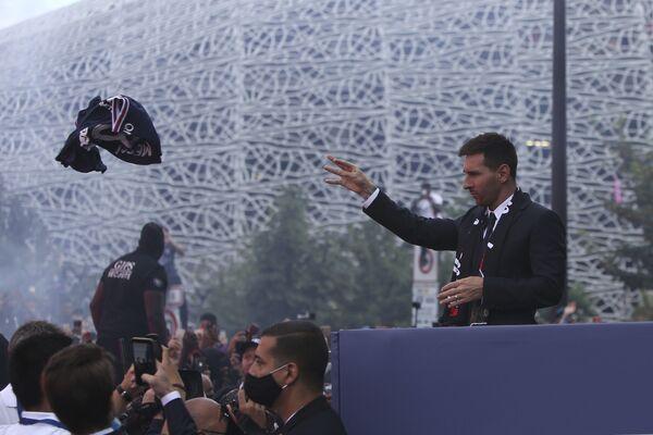 Lionel Messi ném áo cho người hâm mộ Paris Saint-Germain - Sputnik Việt Nam