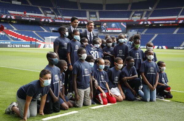 """Giám đốc điều hành CLB """"PSG"""" Nasser Al-Khelaifi và Lionel Messi chụp ảnh với trẻ em sau khi Messi ký hợp đồng với """"PSG"""", Paris, Pháp - Sputnik Việt Nam"""