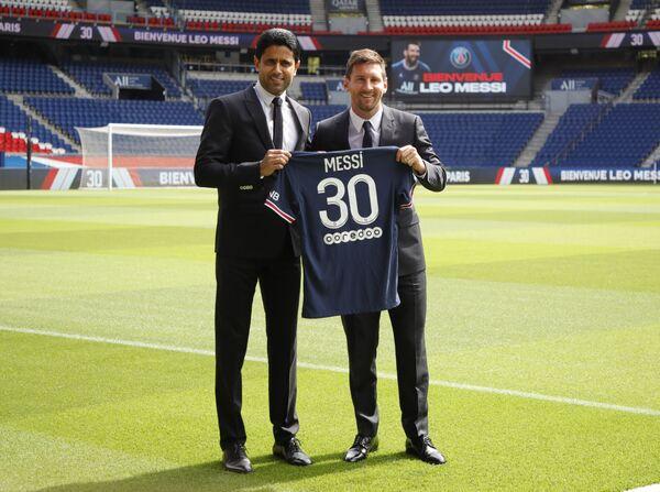 Tổng giám đốc CLB PSG Nasser Al-Khelaifi và Lionel Messi chụp ảnh sau khi Messi ký hợp đồng với PSG, Paris, Pháp - Sputnik Việt Nam