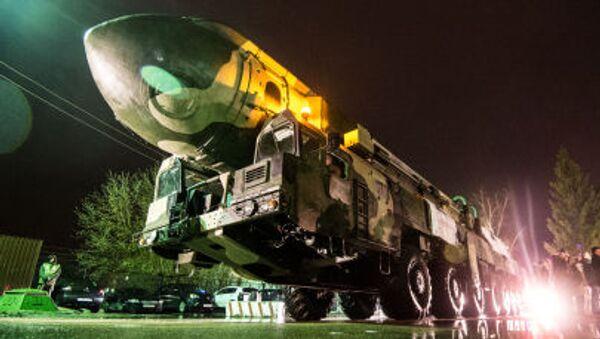 Vận chuyển bệ phóng Topol - Sputnik Việt Nam