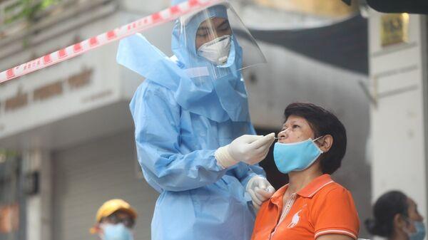 Người dân đến lấy mẫu xét nghiệm COVID-19 tại điểm lấy mẫu ở phường Lê Đại Hành, quận Hai Bà Trưng - Sputnik Việt Nam