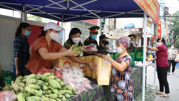Trao quà hỗ trợ cho người dân tại Chợ 0 đồng - Sputnik Việt Nam