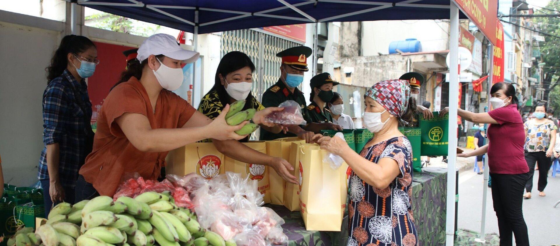Trao quà hỗ trợ cho người dân tại Chợ 0 đồng - Sputnik Việt Nam, 1920, 14.08.2021
