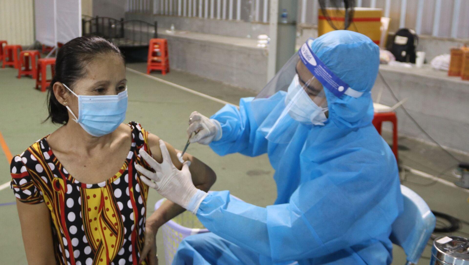 Tiêm vaccine Vero Cell của Sinopharm cho người dân TP.Hồ Chí Minh tại điểm tiêm số 1 Huyền Trần Công Chúa (Quận 1) - Sputnik Việt Nam, 1920, 17.08.2021