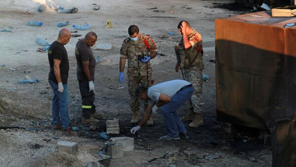Dân phòng và binh lính kiểm tra hiện trường vụ nổ thùng nhiên liệu ở Akkar, miền bắc Liban - Sputnik Việt Nam