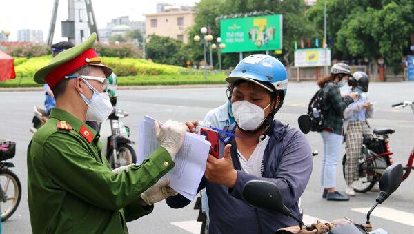 Lực lượng chức năng hỗ trợ người dân thực hiện khai báo thông tin di biến động trên đường Điện Biên Phủ, quận Bình Thạnh, Thành phố Hồ Chí Minh - Sputnik Việt Nam