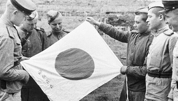 Những người lính Liên Xô xem lá cờ Nhật bị ném lại sau khi quân địch rút lui - Sputnik Việt Nam