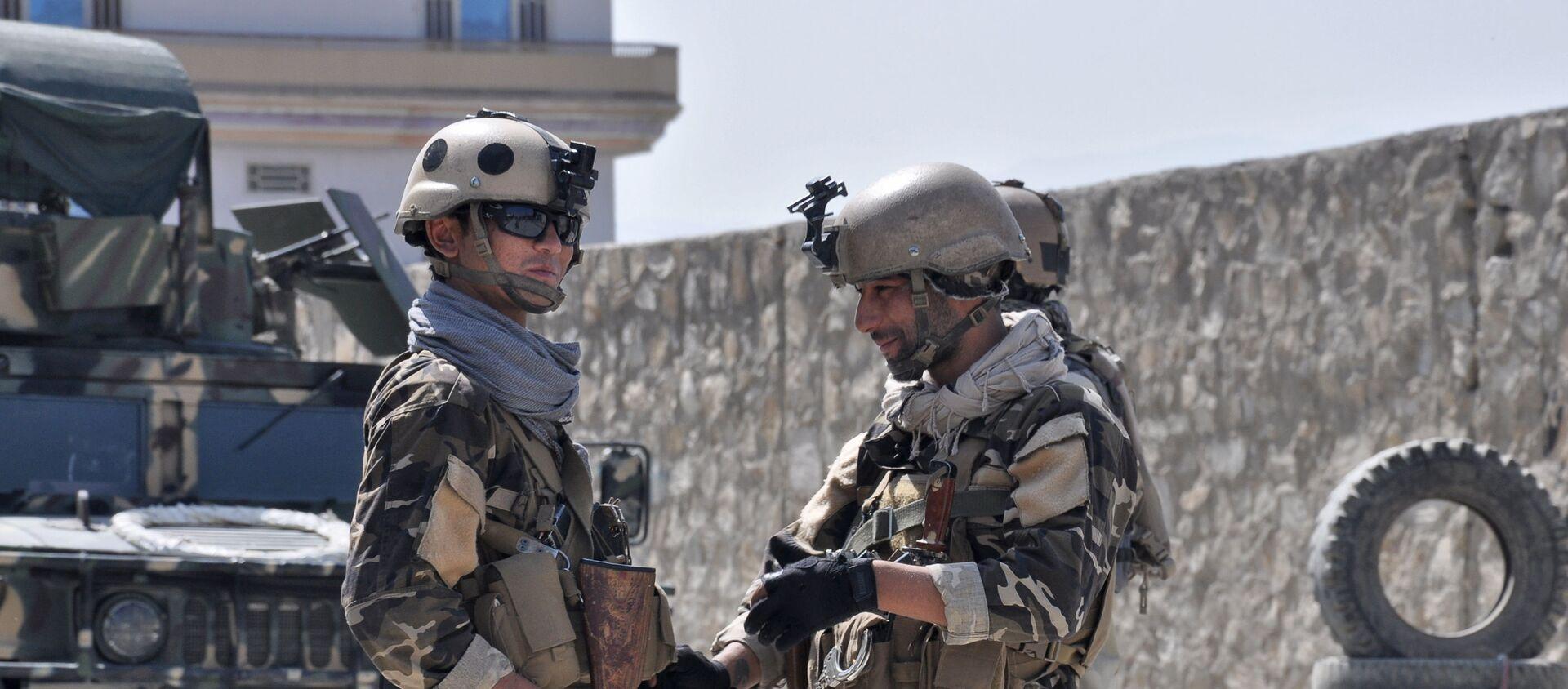 Đại diện của các dịch vụ đặc biệt Afghanistan trong vùng lân cận của sân bay Kabul, nơi đang xảy ra nổ súng - Sputnik Việt Nam, 1920, 16.08.2021