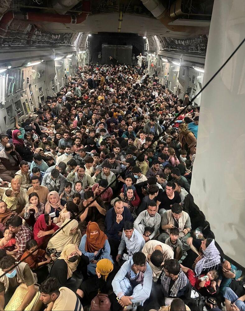 Di tản trên phi cơ C-17 Globemaster III của Không lực Hoa Kỳ trong chuyến bay Afghanistan-Qatar