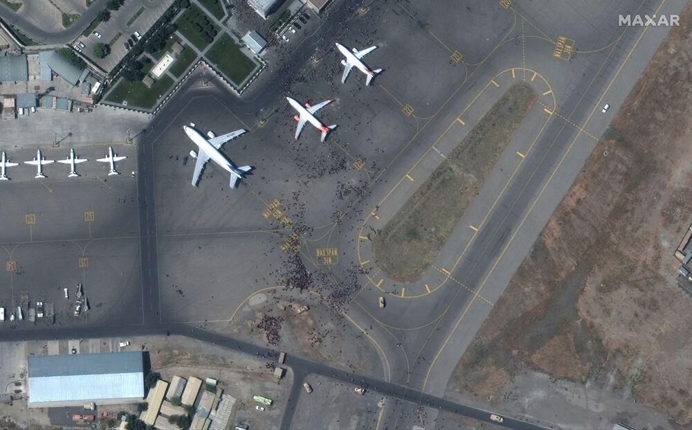 Hình ảnh từ vệ tinh: Đám đông trên đường băng sân bay Kabul