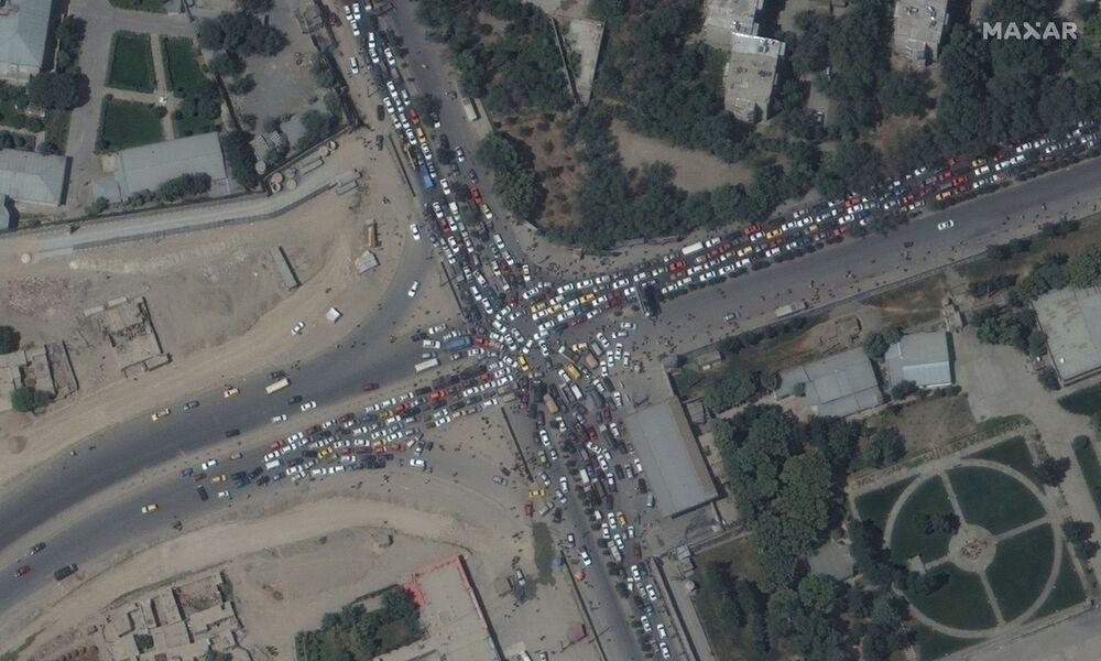Kẹt xe tắc đường và đám đông ở sân bay Kabul