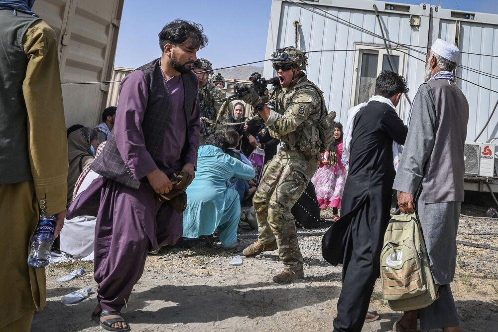 Lính Mỹ nhắm súng vào người Afghan tại sân bay Kabul