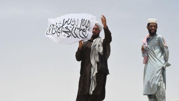 Người đàn ông cầm cờ Taliban * - Sputnik Việt Nam