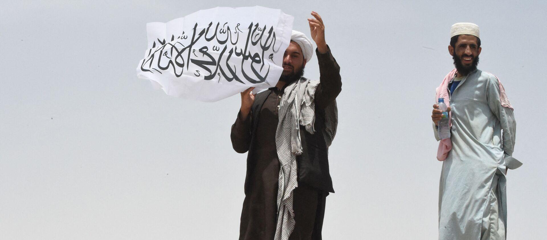 Người đàn ông cầm cờ Taliban * - Sputnik Việt Nam, 1920, 17.08.2021