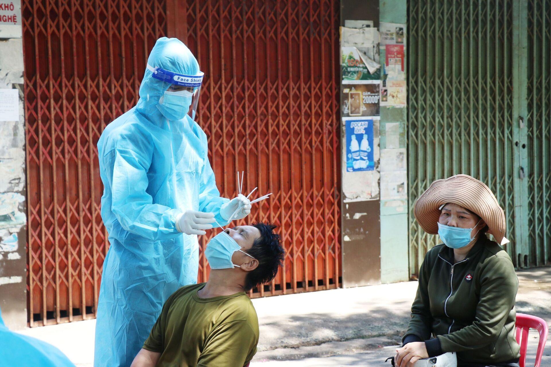 Lấy mẫu xét nghiệm cho các trường hợp nguy cơ cao liên quan đến chùm ca bệnh tại phường Thành Nhất, thành phố Buôn Ma Thuột. - Sputnik Việt Nam, 1920, 05.10.2021