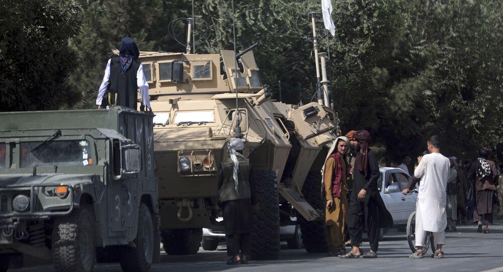 Các chiến binh Taliban đứng gác trên đường tới Sân bay Quốc tế Hamid Karzai, ở Kabul, Afghanistan, Thứ Hai, ngày 16 tháng 8 năm 2021