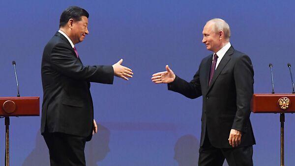 Chủ tịch Trung Quốc Tập Cận Bình và Tổng thống Nga Vladimir Putin tại buổi dạ tiệc kỷ niệm 70 năm thiết lập quan hệ ngoại giao giữa Nga và Trung Quốc - Sputnik Việt Nam