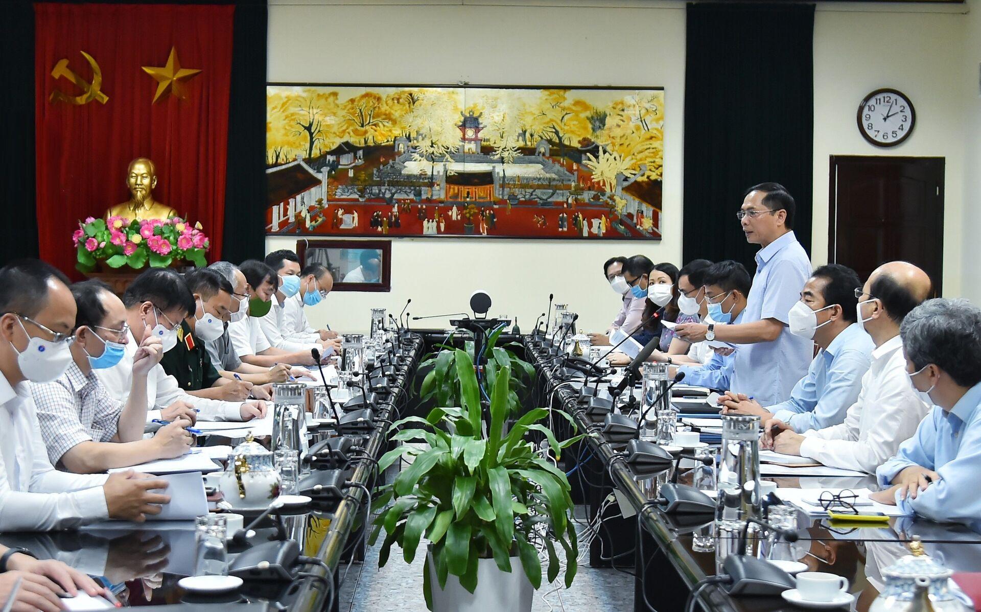 Bộ trưởng Bộ Ngoại giao Bùi Thanh Sơn, Tổ trưởng Tổ công tác của Chính phủ về ngoại giao vaccine chủ trì cuộc họp. - Sputnik Việt Nam, 1920, 05.10.2021
