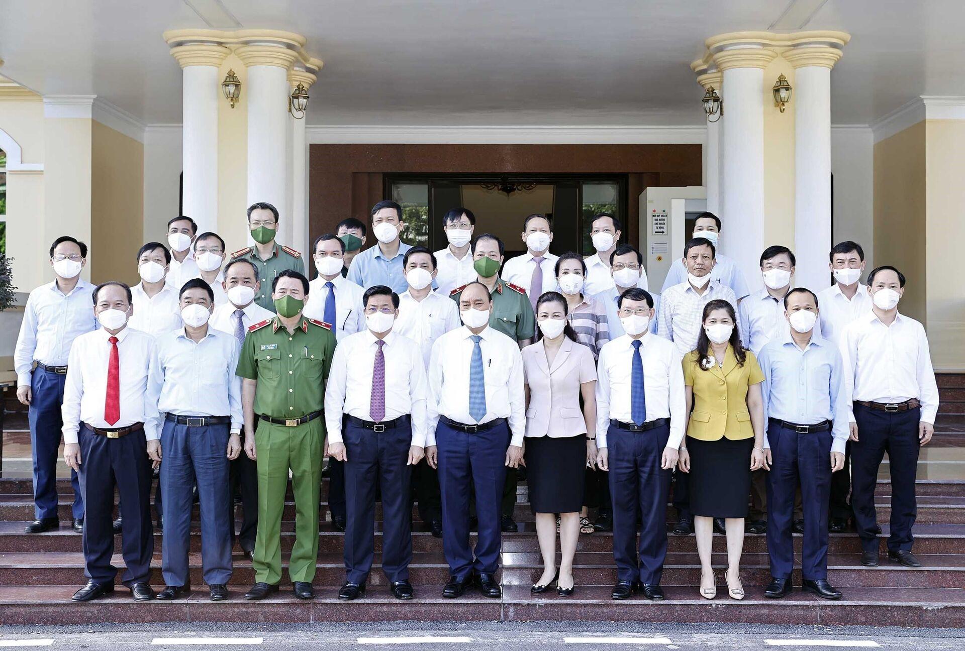 Chủ tịch nước Nguyễn Xuân Phúc với các đồng chí lãnh đạo chủ chốt tỉnh Bắc Giang tham dự buổi làm việc. - Sputnik Việt Nam, 1920, 05.10.2021