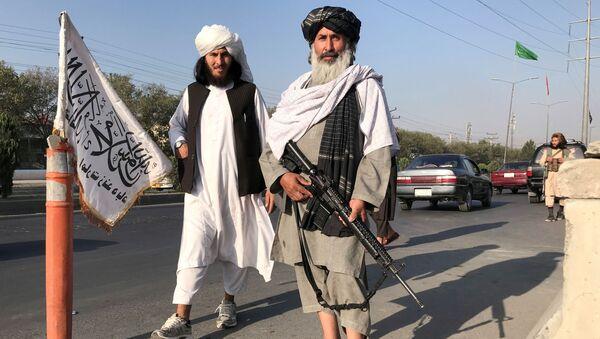 Chiến binh Taliban * với súng trường M16 của Mỹ ở Kabul - Sputnik Việt Nam