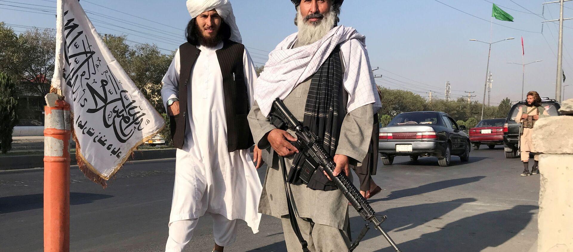 Chiến binh Taliban * với súng trường M16 của Mỹ ở Kabul - Sputnik Việt Nam, 1920, 25.08.2021