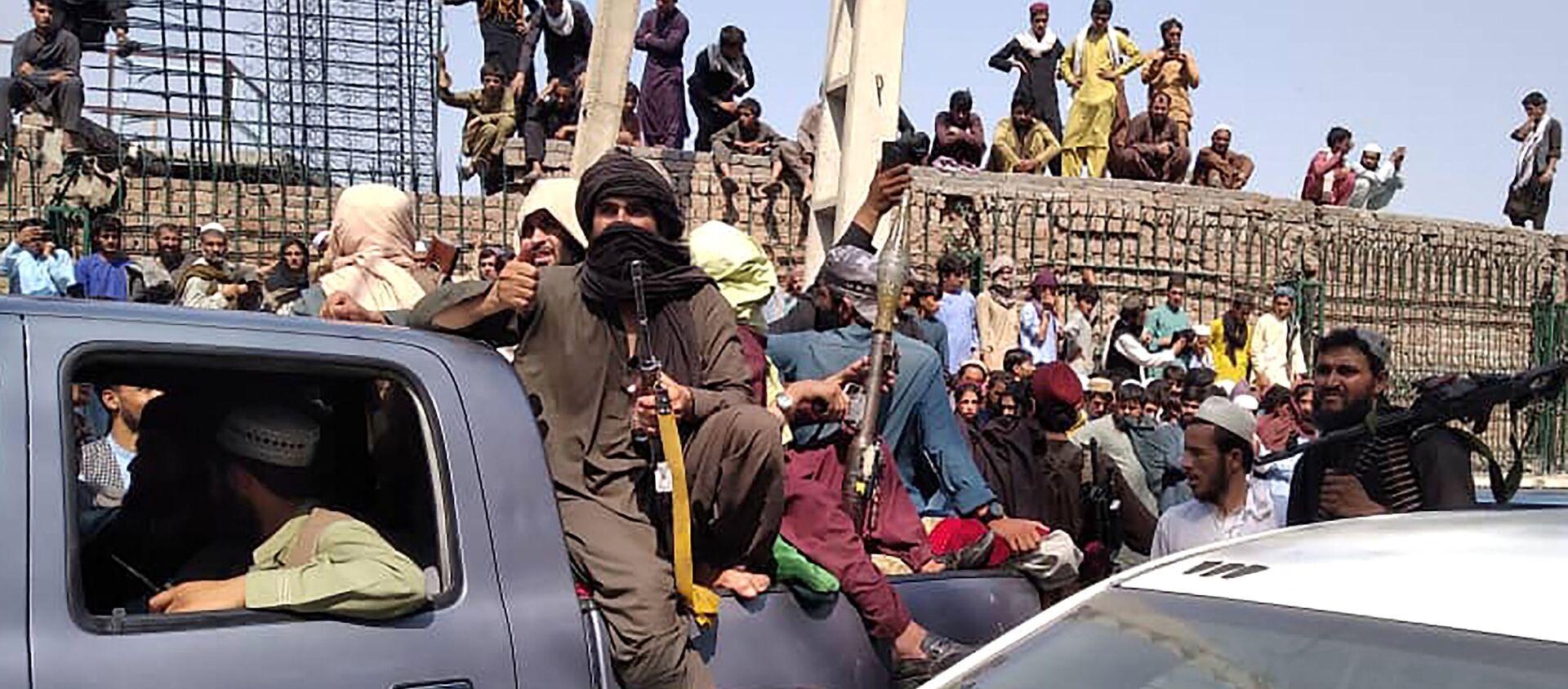 Các chiến binh Taliban ngồi trên một chiếc xe dọc theo đường phố ở tỉnh Jalalabad ngày 15/8/2021. - Sputnik Việt Nam, 1920, 18.08.2021