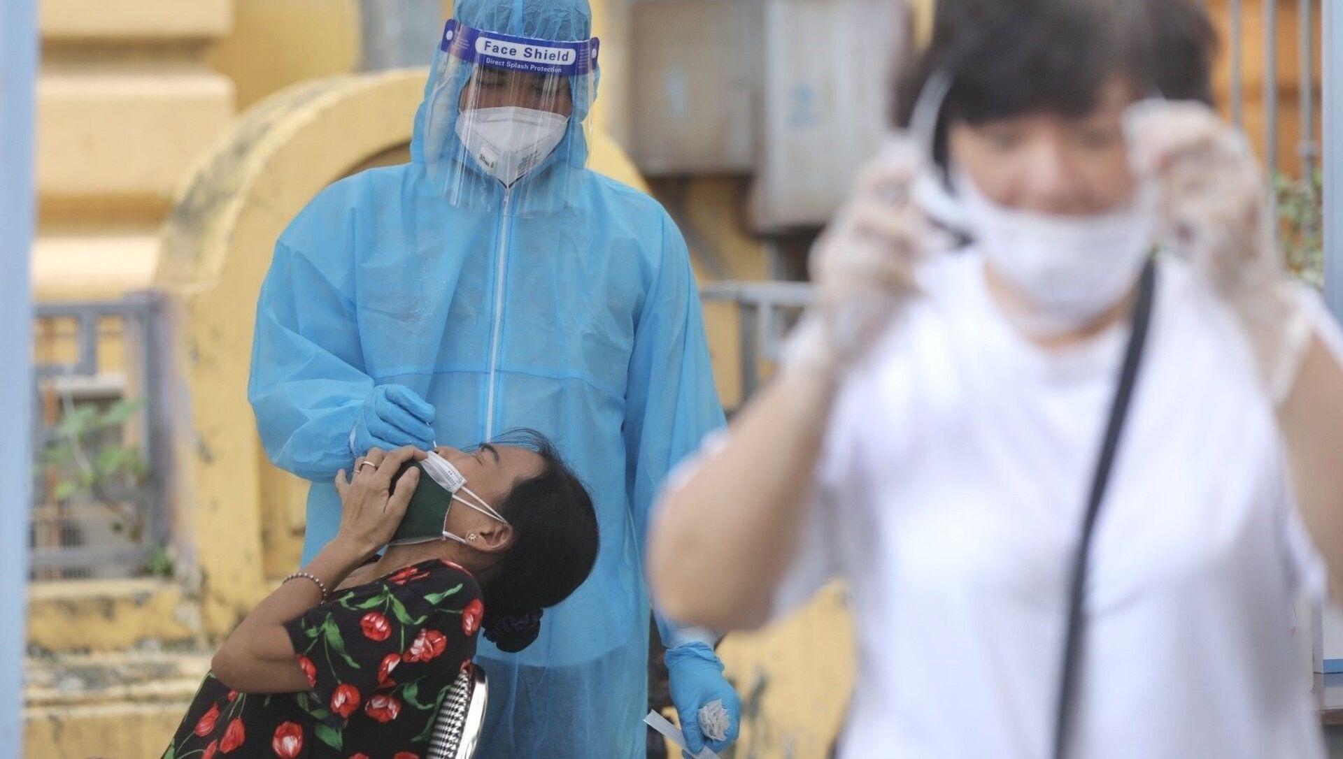 Nhân viên y tế lấy mẫu cho người dân phường Phan Chu Trinh, quận Hoàn Kiếm chiều 18/8/2021. - Sputnik Việt Nam, 1920, 18.08.2021