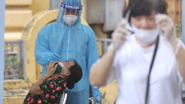 Nhân viên y tế lấy mẫu cho người dân phường Phan Chu Trinh, quận Hoàn Kiếm chiều 18/8/2021. - Sputnik Việt Nam