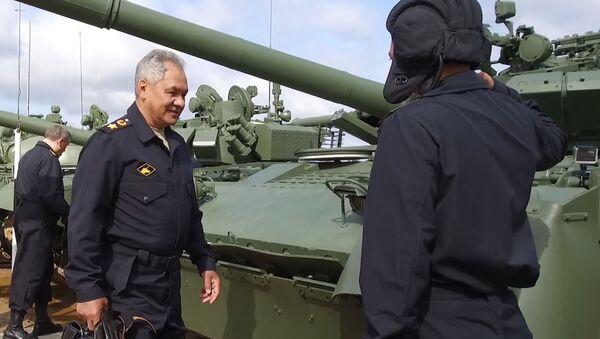 Bộ trưởng Quốc phòng Nga Sergei Shoigu trên xe tăng T-80 - Sputnik Việt Nam