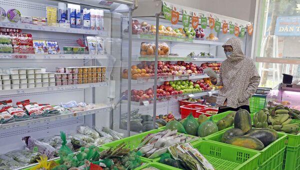 Khách hàng mua sắm tại siêu thị Hapro food Khâm Thiên. - Sputnik Việt Nam