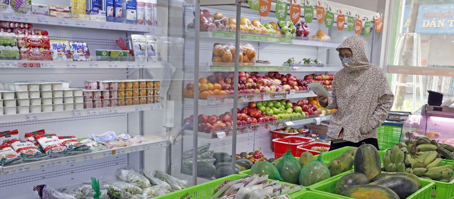 Khách hàng mua sắm tại siêu thị Hapro food Khâm Thiên. - Sputnik Việt Nam, 1920, 04.09.2021
