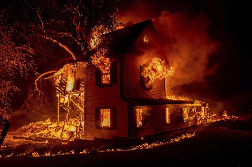 Ngôi nhà bị lửa thiêu ở Janesville, bang California