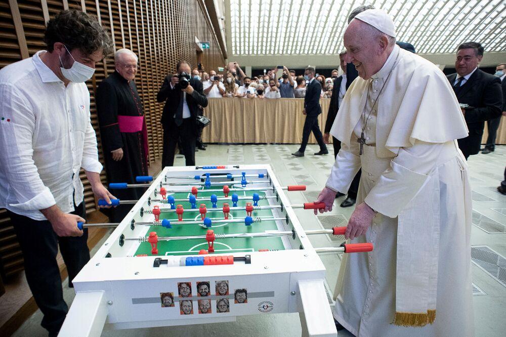 Giáo hoàng Phanxicô chơi bi lắc ở Vatican